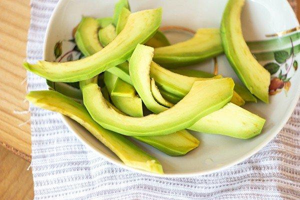 Нежные ломтики авокадо