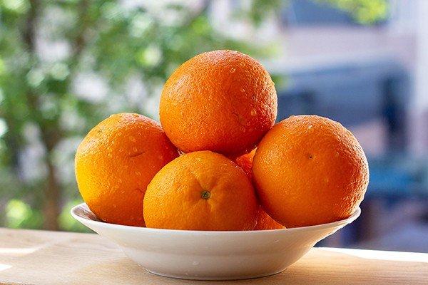 Спелые апельсины на подоконнике