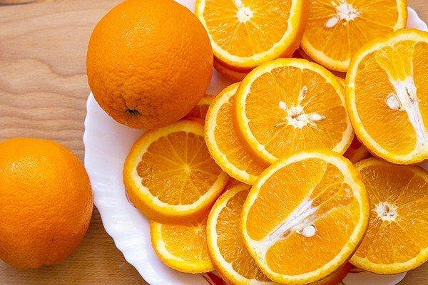 Апельсин: целый и разрезанный