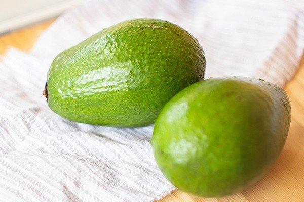 Два плода авокадо