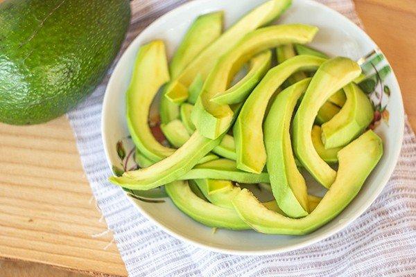 Мягкие ломтики спелого авокадо