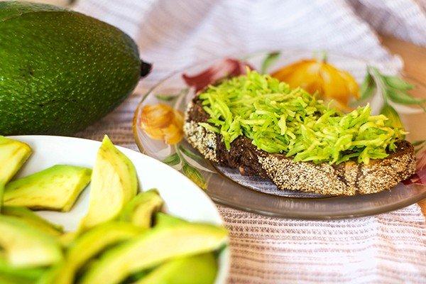 Бутерброд с мякотью авокадо
