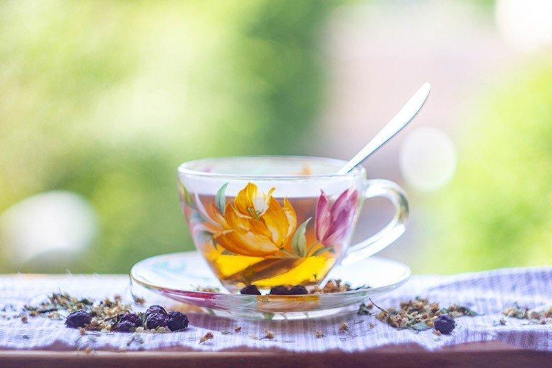 Чай из зверобоя в чашке