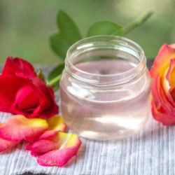 Розовая вода для лица: свойства и применение