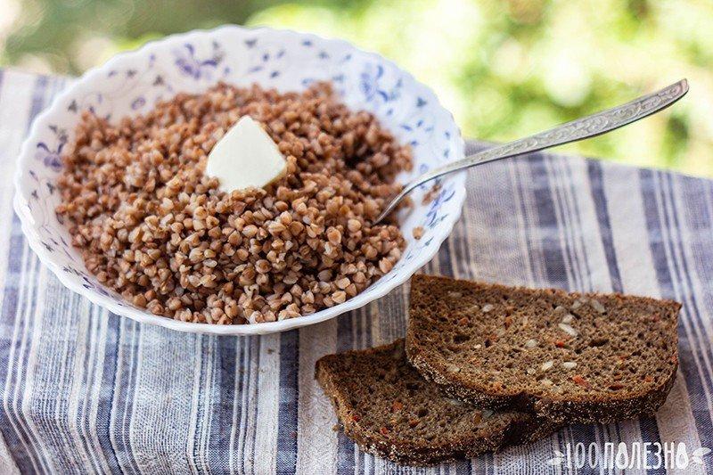 Гречневая каша с маслом и черным хлебом