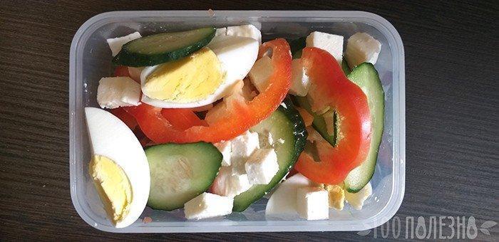 Ланчбокс с сыром, яйцом и овощами