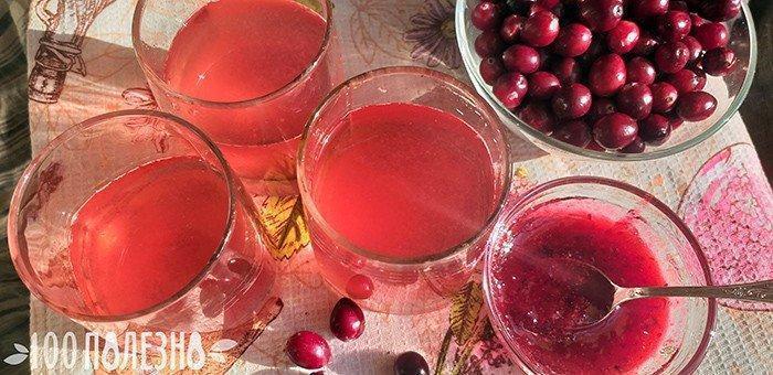Клюквенный напиток в стаканах