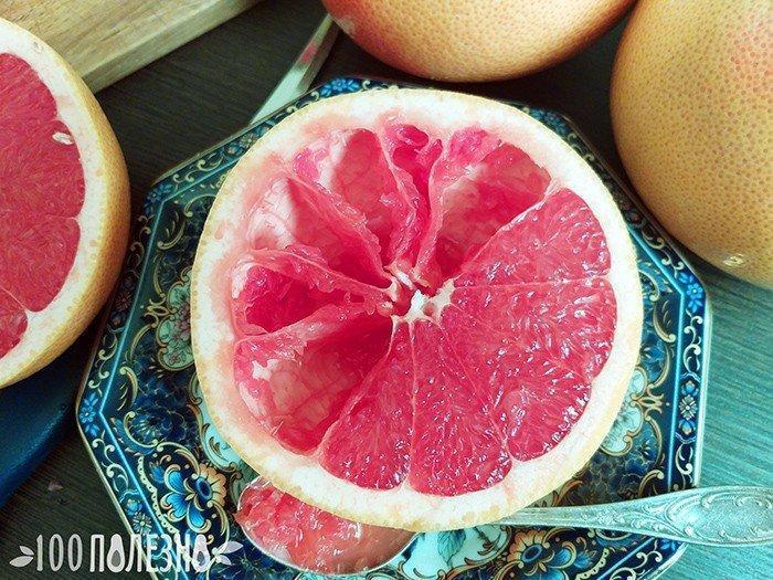 Половинка грейпфрута с ложкой