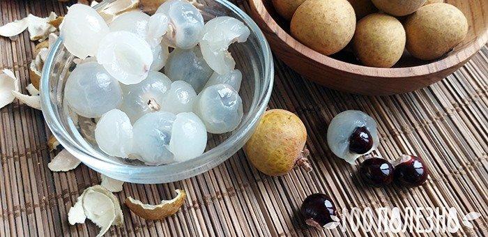 очищенные плоды лонгана и  косточки