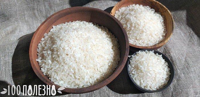рисовая крупа в глиняной и деревянной посуде