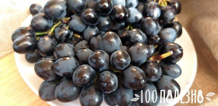 спелые ягоды винограда на тарелке