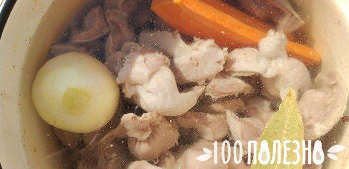 куриные желудки в кастрюле с луком и морковью