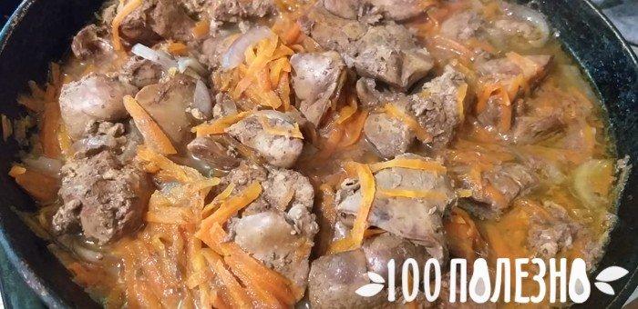 тушеная печень цыпленка с морковью в сковороде