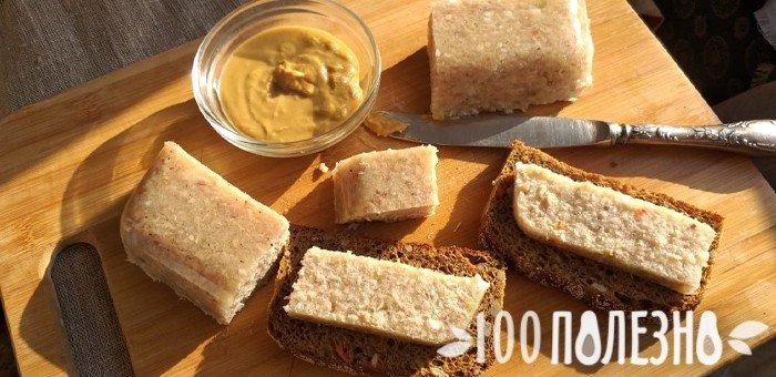 бутерброд с холодцом и горчицей