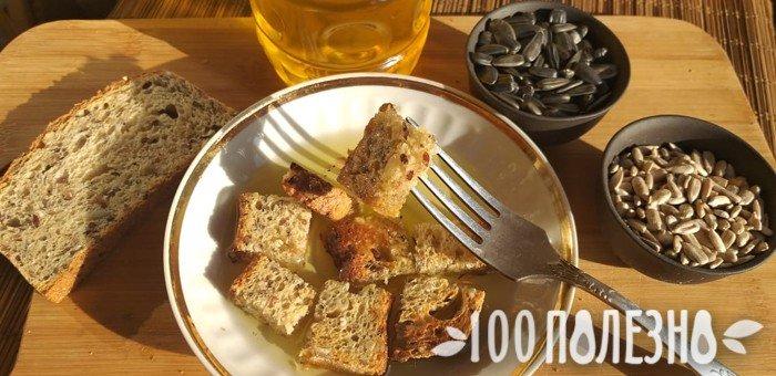 черный хлеб с растительным маслом и подсолнечные семечки