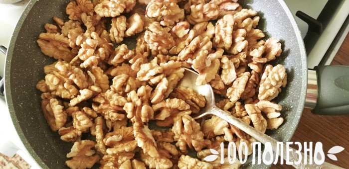 очищенные грецкие орехи в сковороде
