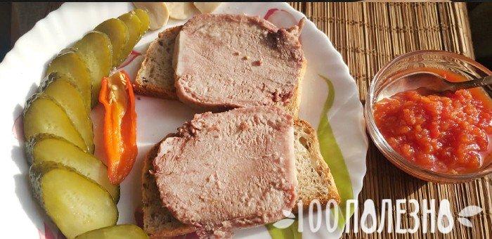 бутерброды с говяжьим субпродуктом и соленые огурцы