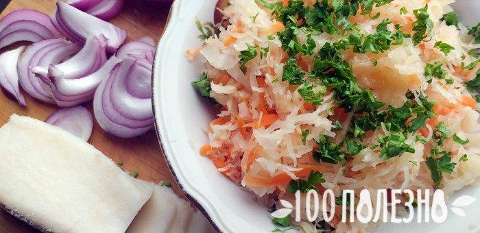 квашеная капуста с зеленью в тарелке и лук
