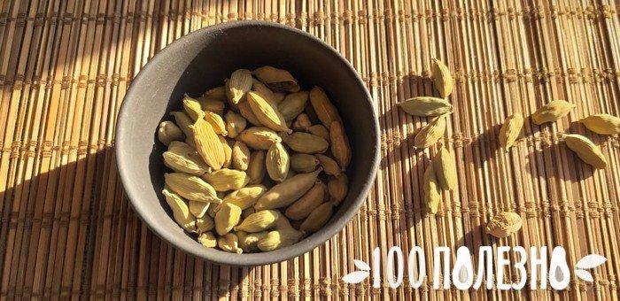 стручки кардамона в глиняной миске