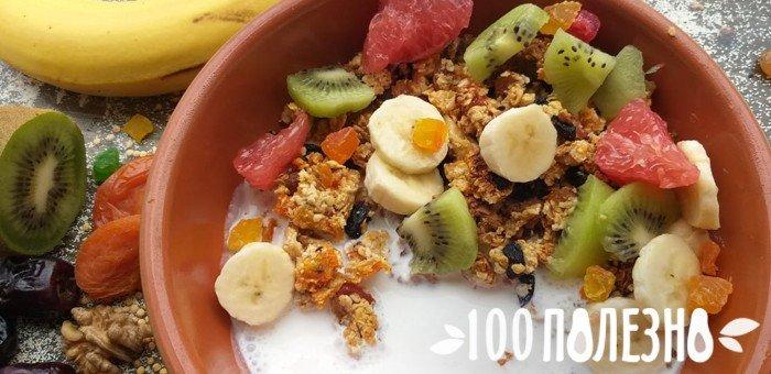 гранола с фруктами и йогуртом
