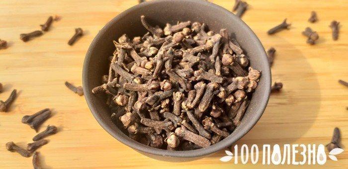 ароматная гвоздика в глиняной миске