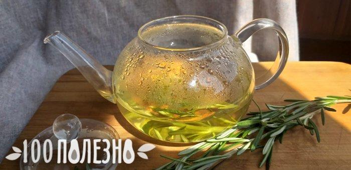 чай с розмарином в стеклянном чайнике