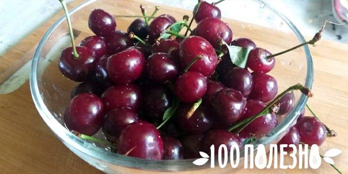 ягоды вишни в стеклянной тарелке
