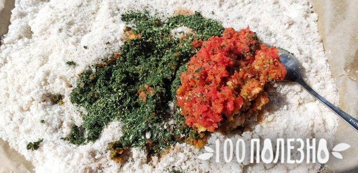 соль, сушеная зелень и измельченный болгарский перец